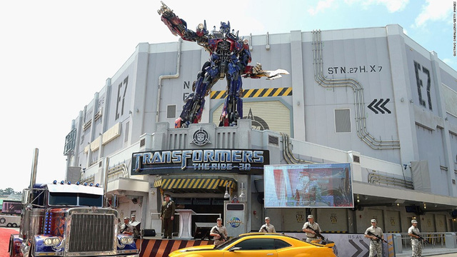 """Tại công viên Universal Studios ở Orlando, Florida, Mỹ, du khách không thể bỏ qua bối cảnh mô phỏng bộ phim """"Transformers: The Ride""""."""