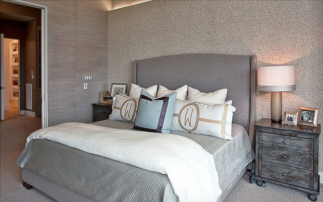 Giường ngủ mang bản sắc riêng với chữ lồng nhau trên gối.
