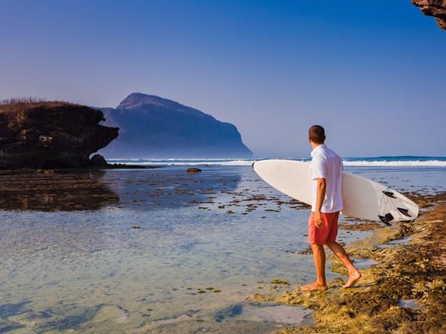 Đảo Sumbawa ở Indonesia là điểm đến ưa thích của những người mê lướt sóng. Ngoài ra, nơi đây còn có những rạn san hộ tuyệt đẹp, lý tưởng cho hoạt động lặn biển. Dịch vụ du lịch chưa phát triển cho phép bạn có những trải nghiệm văn hóa địa phương đích thực.