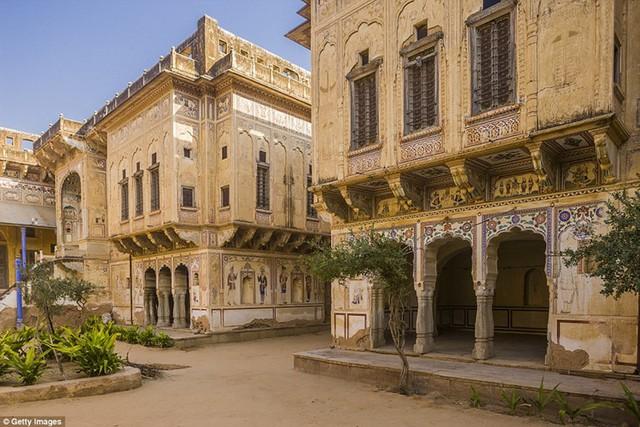 Năm 1999, họa sĩ Pháp Nadine Le Prince đã tôn tạo lại tòa biệt thự Nand Lal Devra có từ năm 1802, biến nó thành một trung tâm văn hóa.