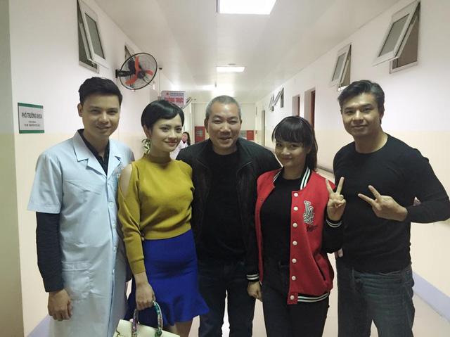 Dàn diễn viên chính của phim chụp ảnh với đạo diễn Nguyễn Danh Dũng.
