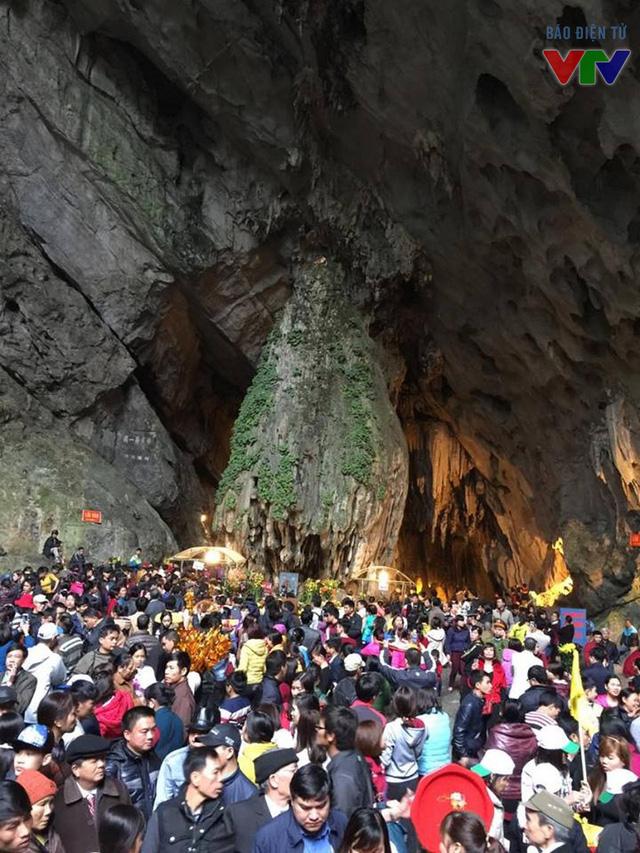 Ngay từ 4-5h sáng, động Hương Tích đã chật kín khách thập phương đến làm lễ.