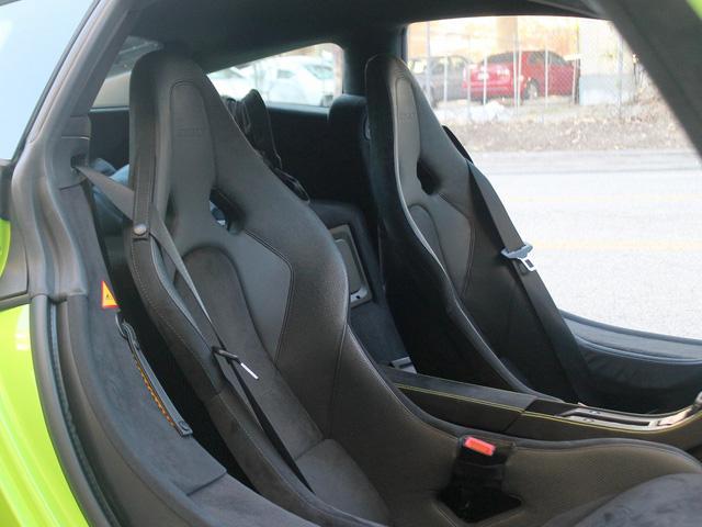 Phần cabin của McLaren 675LT tạo điều kiện thuận lợi để lái xe và hành khách bước vào