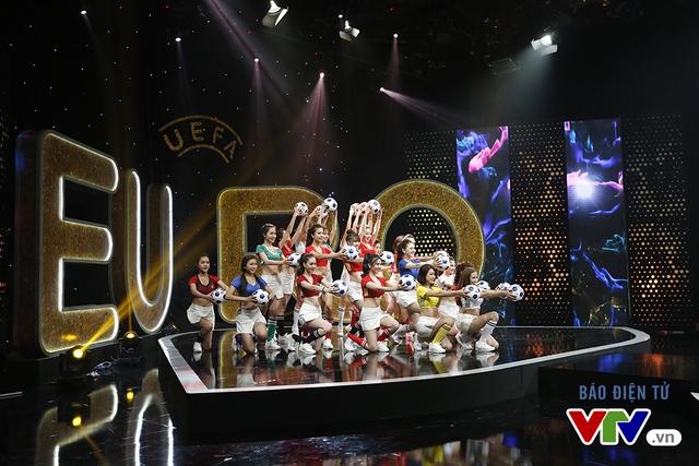 Các cô gái xinh đẹp của Nóng cùng EURO 2016 trong màn biểu diễn mở màn Lễ khai mạc EURO 2016 trên sóng VTV.