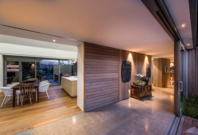 Người sử dụng sẽ có cảm giác ngôi nhà rộng hơn bình thường bởi lẽ nó không bị chia cách bởi những bức tường lớn