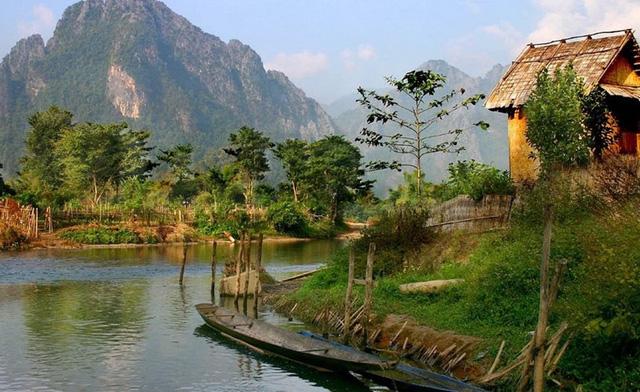Thái Lan từ lâu đã là một điểm đến yêu thích của du khách có ngân sách hạn chế nhưng đất nước Lào láng giềng còn có giá cả rẻ hơn so với Thái Lan. Mọi người có thể tìm nhà nghỉ dưới 10 USD/đêm và một bữa ăn đơn giản chỉ có giá 1-2 USD ở Lào.