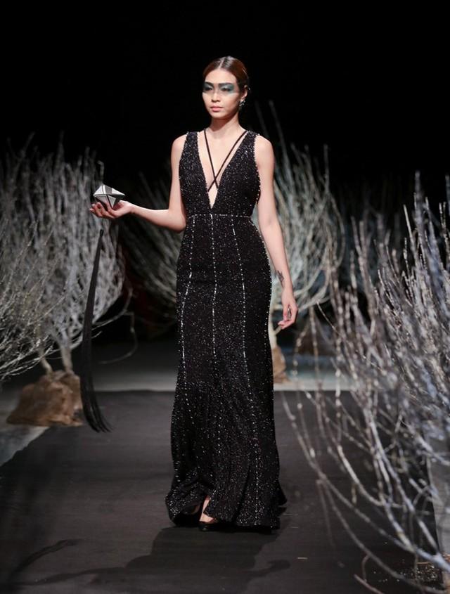 Ở bộ sưu tập này, Hà Duy không tập trung vào họa tiết, mà nhấn vào kiểu dáng và những đường cắt cúp trên trang phục.