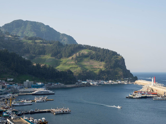 Đảo Ulleungdo ở Hàn Quốc không phổ biến với khách du lịch nhưng sẽ khiến bạn ngỡ ngàng trước vách đá dựng đứng hay phong cảnh tuyệt đẹp của địa hình núi lửa, thị xã, bến cảng và một bờ biển gồ ghề. Đảo có cảnh quan ngoạn mục trong mùa mưa, khi được bao phủ bởi những hàng cây xanh tươi tốt.