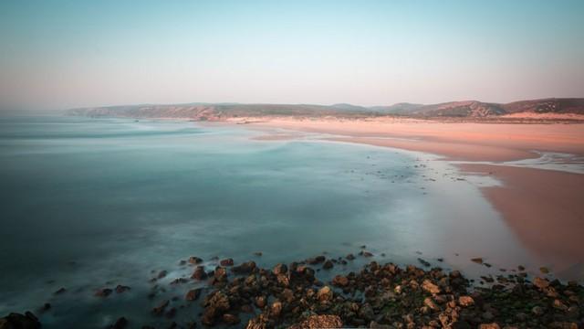 Faro, Bồ Đào Nha: Bãi biển ở thành phố Algarve đẹp đến nỗi trông không giống như một cảnh quan nào đó có thực trên trái đất.