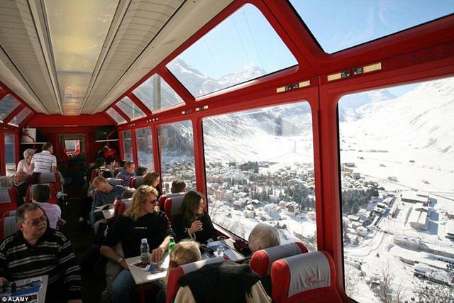 Tàu Glacier Express ở Thụy Sĩ cho phép du khách có thể thưởng ngoạn cảnh quan hùng vĩ của dãy Alps.