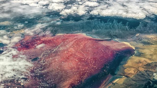 Hồ Natron, Tanzania: Có thể trông giống như một cảnh quan ngoài trái đất, nhưng hình ảnh siêu thực này thực sự là hình ảnh của hồ Natron ở Tanzania. Các lớp vỏ muối kiềm trên bề mặt của hồ rất nguy hiểm, khiến cho tất cả các sinh vật sống chết ngay khi tiếp xúc với nó. Bơi lội trong hồ này bị nghiêm cấm, và mùi sunfua hydro nồng nặc từ mặt hồ sẽ không cho phép bạn chiêm ngưỡng cảnh quan tuyệt đẹp này lâu.
