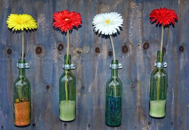 Thêm một ý tưởng cắm hoa vào chai lọ cũ, nhưng thay vì đặt trên bàn, bạn có thể treo lọ lên tường như thế này.