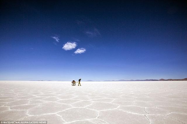 Mateusz đã từng chinh phục các sa mạc Sahara, Patagonia, Atacama, Great Sandy, Tanami, anh cho biết, mối nguy hiểm lớn nhất mà mình phải đối mặt là bão.