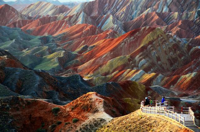 Những tảng đá sa thạch đỏ và mỏ khoáng sản 24 triệu năm tuổi ở công viên địa chất Zhangye Danxia thuộc tỉnh Cam Túc (Trung Quốc) trông giống như ở một hành tinh khác.