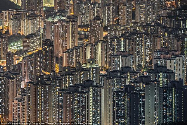 Nhiếp ảnh gia Julia Wimmerlin chụp những ánh đèn lấp lánh từ những tòa nhà cao tầng ở Hong Kong.