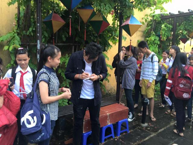 Hình ảnh Anh Tuấn và Nhã Phương sau khi đóng cảnh quay ngồi tâm sự dưới mưa cùng nhau. Có thể thấy dù vẫn còn ướt nhưng cặp đôi diễn viên vẫn đứng nán lại ký tặng cho các bạn trẻ hâm mộ.