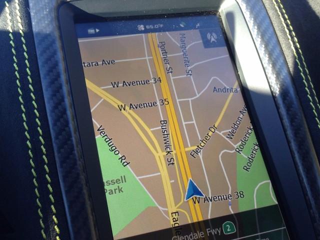 Màn hình giúp bạn kiểm soát việc lái xe, bao gồm cả chuyển hướng, nghe radio cho đến kiểm soát khí hậu và ứng dụng