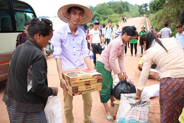 Anh Ngọc cùng các thành viên trong đoàn trao từng thùng mì cho bà con