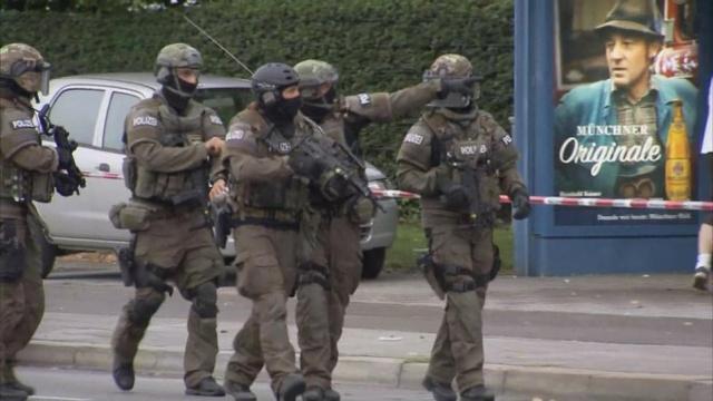 Lực lượng cảnh sát đặc nhiệm đi tuần dọc con phố có trung tâm thương mại Olympia.