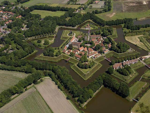 Làng Bourtange nằm trong khu đô thị Vlagtwedde ở Hà Lan, nổi tiếng với pháo đài hình ngôi sao ở trung tâm được xây dựng năm 1593 khi cuộc chiến tranh tám mươi năm (Eighty Years War) diễn ra. Ngày nay, pháo đài là một khu trưng bày ngoài trời, bạn có thể ghé thăm trước khi khám phá các kênh rạch và kiến trúc thời Trung cổ của làng.