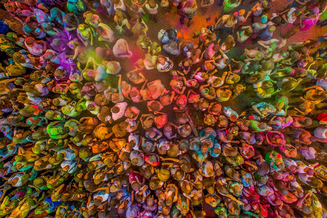 Những hình ảnh ấn tượng không kém của cuộc thi bao gồm: Lễ hội bột màu ở Kutno, Ba Lan.