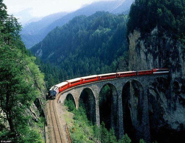 Đoàn tàu này cũng đi qua 291 cây cầu, 91 đường hầm, vượt sông Rhone và sông Rhine.
