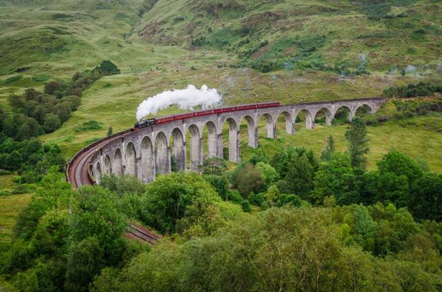 Cầu Glenfinnan là một cây cầu cạn thuộc tuyến đường sắt West Highland, Scotland. Hình ảnh tàu hỏa chạy trên cây cầu 21 mái vòm Glenfinnan từng xuất hiện trong phim Harry Potter.