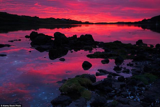 Đảo mây Isle of Skye ở Scotland với khung cảnh hoàng hôn hồng tím kỳ ảo.