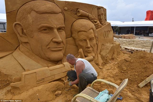 Ba phiên bản khác nhau của 007 đã được đẽo từ cát bao gồm Sean Connery (trái), Roger Moore (giữa) và Daniel Craig (bên phải).