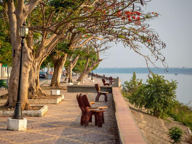 Tại thị trấn ven sông Kratie ở Campuchia, du khách sẽ tìm thấy những tòa nhà tuyệt đẹp mang kiến trúc Pháp, tận tưởng cảnh hoàng hôn tuyệt đẹp bên bờ sông và có nhiều ngôi chùa cổ kính để chiêm ngưỡng.