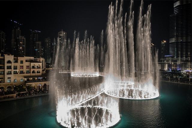 Với diện tích trên 12 hecta, hệ thống đài phun nước nằm trong hồ Burj ở Dubai trở thành đài phun nước lớn nhất thế giới. và cũng là điếm đến lý tưởng nhất cho các du khách khi đi du lịch Dubai.