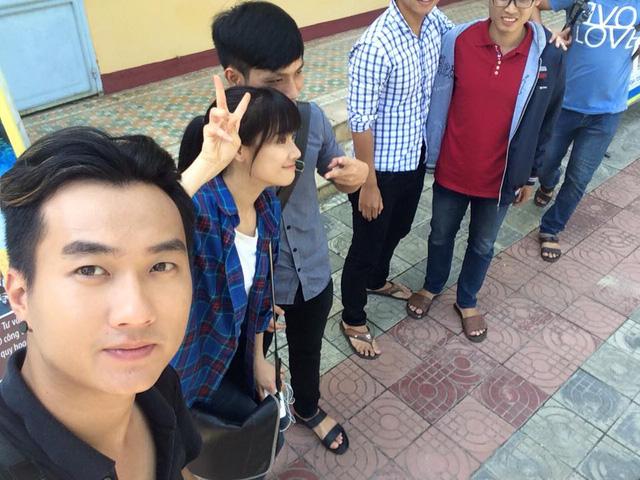 Anh Tuấn tranh thủ chụp trộm Nhã Phương khi đang đứng chụp ảnh cùng fan.