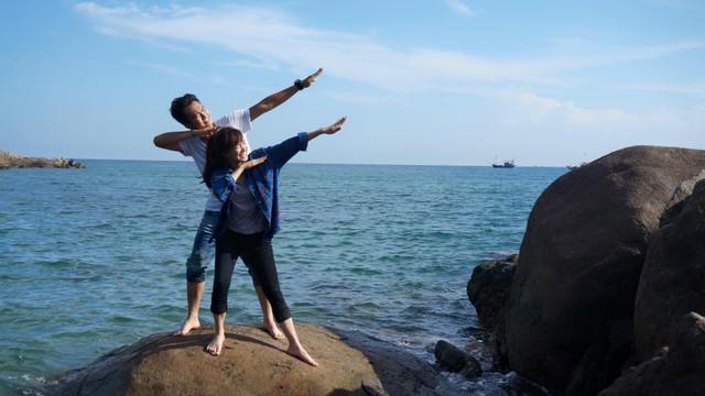 Những lúc nghỉ giữa các cảnh quay, Nhã Phương và Anh Tuấn tranh thủ chụp ảnh cùng nhau. Cả hai đều tạo dáng khó đỡ.