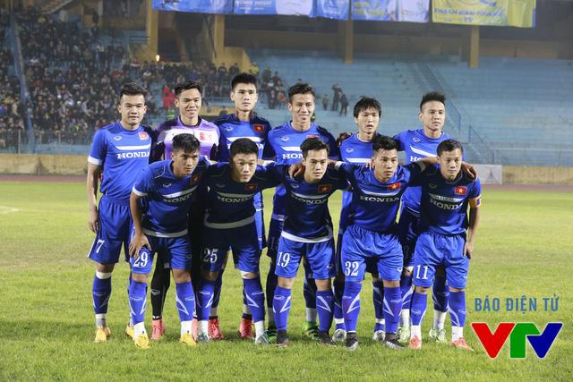 Đội hình ra sân của ĐT Việt Nam trong trận giao hữu với Hà Nội T&T (Ảnh: Tạ Hiển/VTV News)