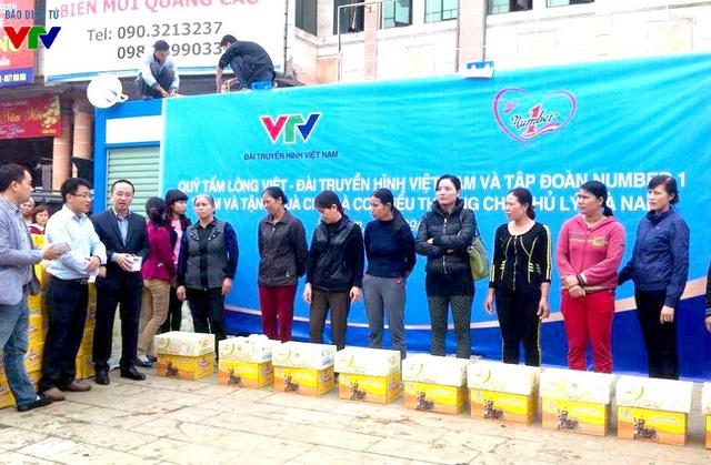 Quỹ Tấm lòng Việt Đài THVN cùng Tập đoàn Tân Hiệp Phát tổ chức trao 260 suất quà cho tiểu thương chợ Phủ Lý.
