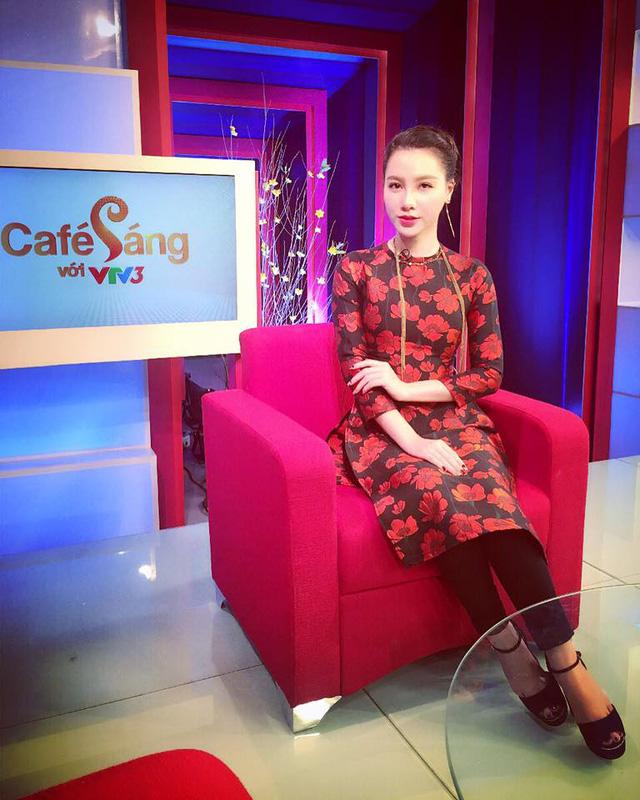 MC Minh Hà nổi bật với áo dài cách tân màu đỏ trong chương trình Café sáng với VTV3.