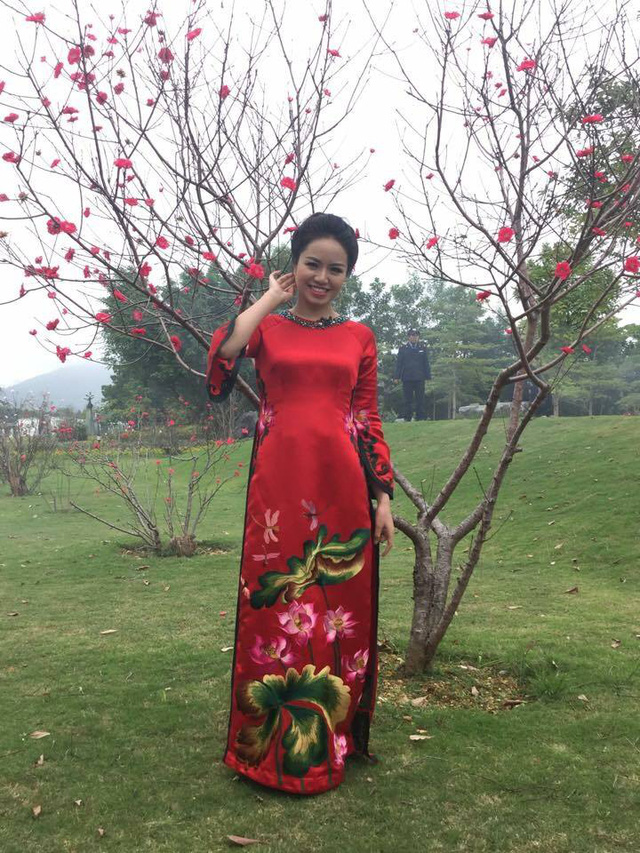 BTV Cao Kim Ngân của chương trình Cuộc sống thường ngày duyên dáng trong tà áo dài.