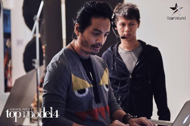 Đạo diễn - nhiếp ảnh gia Đài Loan Yu Tsai tập trung làm việc trong quá trình sản xuất chương trình.