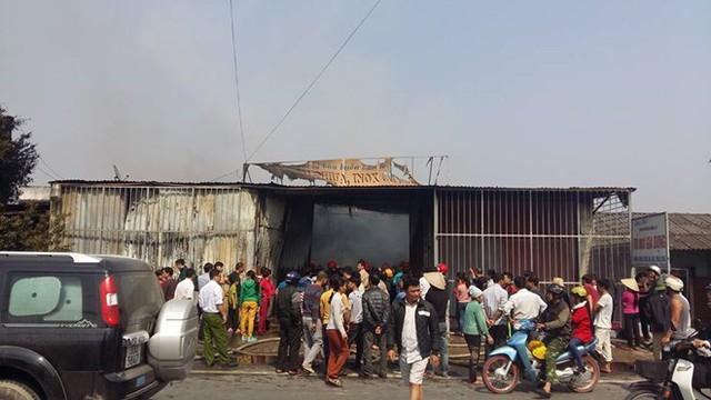 Lực lượng chức năng vừa phải lo chữa cháy, vừa phải lo giữ trật tự bởi rất đông người dân hiếu kỳ.