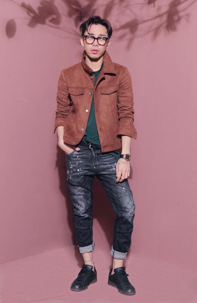 Hoàng Ku sinh năm 1988. Anh là một stylist khá nổi tiếng tại Hà Nội. Với gout thẩm mỹ tốt về thời trang, ngoài công việc stylist cho nghệ sĩ, Hoàng Ku còn làm BTV và stylist cho các tạp chí thời trang.