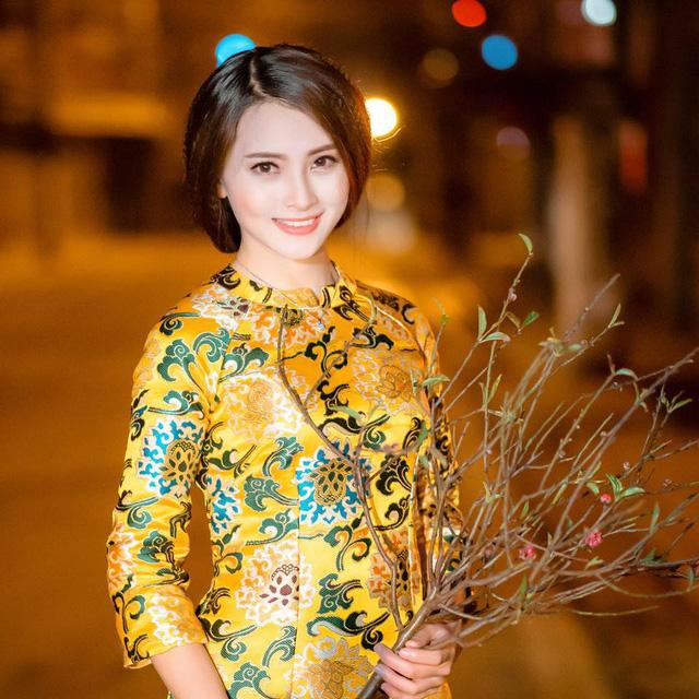 MC Huyền Trang hay còn gọi với cái tên thân mật Mù Tạt trong chương trình Bữa trưa vui vẻ cũng nhanh tay sắm cho mình một vài mẫu áo dài cách tân độc đáo này.