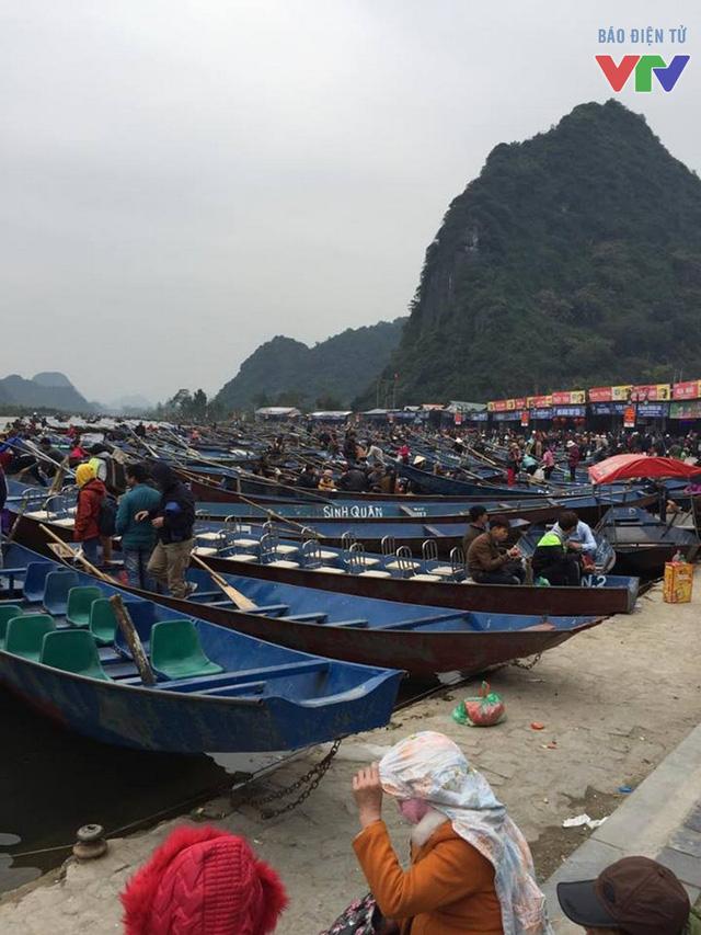 Các nhà đò lần lượt đón trả khách tới lễ hội Chùa Hương.