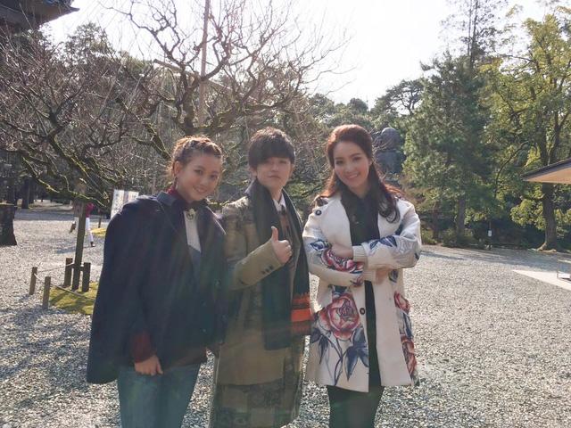 Đặc biệt, cô đã chia sẻ cảm giác phần khích khi khám phá nghề thủ công dát vàng ở Kanazawa cùng thành viên trong nhóm nhạc AAA (Attack All Around).