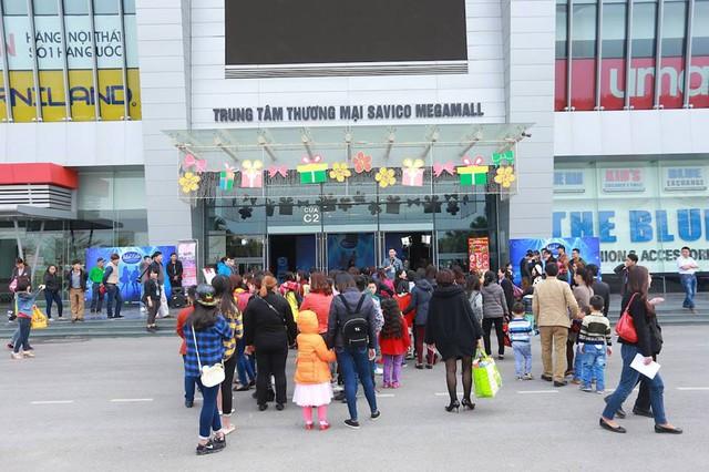 Sáng 26/3, hàng trăm bạn nhỏ được bố mẹ đưa đến Savico Megamall để tham dự sơ tuyển Vietnam Idol Kids