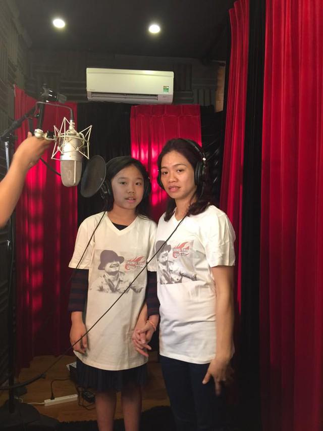 Chị Hoa nắm chặt tay con gái thu âm MV Đường tới ngày vinh quang