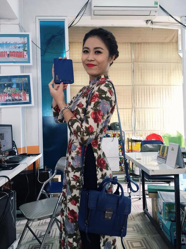 MC chương trình Chúng tôi là chiến sĩ - Hoàng Linh - có rất nhiều trang phục áo dài cách tân. Trang phục tiện lợi vừa có thể đi chơi kết hợp đi làm.