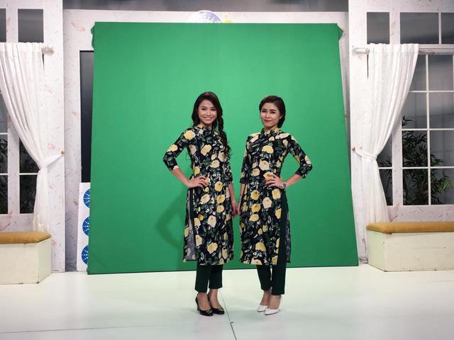 MC Hoàng Linh và MC Thu Trang chọn trang phục giống nhau trong chương trình Bữa trưa vui vẻ.