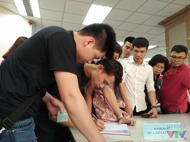 Người dân đến mua cần có chứng minh thư và ghi tên tại bàn đăng ký.