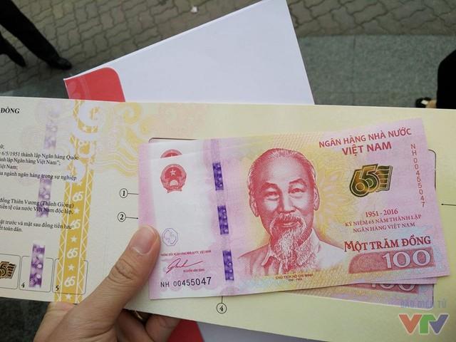 Mặt trước của tờ tiền lưu niệm 100 đồng.