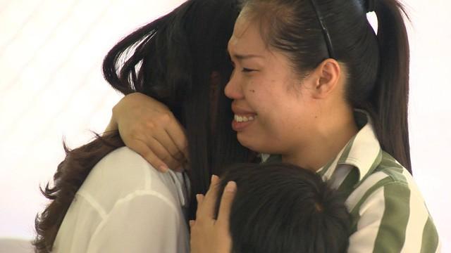 Hà Duy bật khóc nức nở khi được gặp lại bố mẹ và 2 em (Ảnh: Fanpage Điều ước thứ 7)